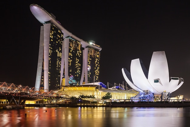 싱가포르 - 2014년 10월 16일: 밤에 마리나 베이 샌즈 호텔과 artscience 박물관.