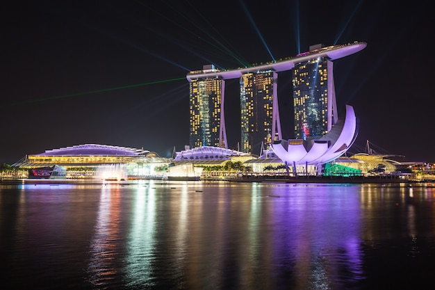 シンガポール-2014年10月16日:マリーナベイサンズホテルとアートサイエンスミュージアムの夜。
