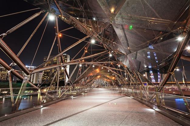 シンガポール-2014年10月16日:ヘリックスブリッジは、シンガポールのマリーナベイエリアにあるマリーナセンターとマリーナサウスを結ぶ歩道橋です。