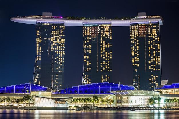 シンガポール-2014年10月17日:夜のマリーナベイサンズホテル。