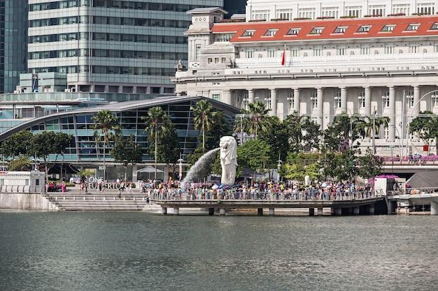 シンガポール-2014年10月17日:マーライオンは、ライオンの頭と魚の体を持つ生き物を描いた西部の紋章学の伝統的な生き物です。