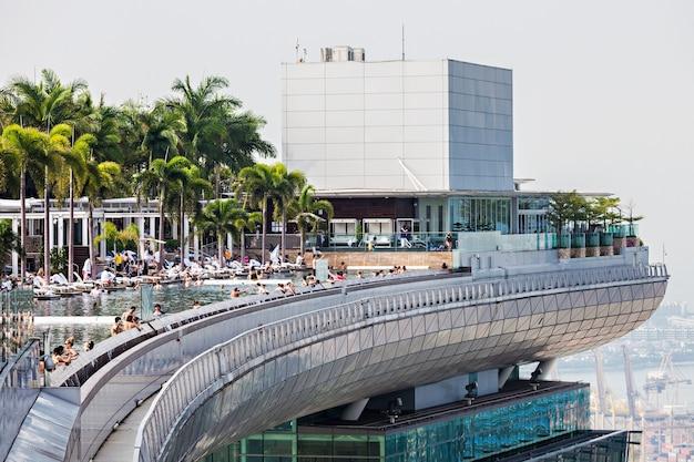 シンガポール-2014年10月18日:マリーナベイサンズホテルの上にあるスカイパークのインフィニティプールの眺め。