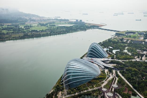 싱가포르 - 2014년 10월 18일: 일몰 마리나 베이 가든의 플라워 돔.