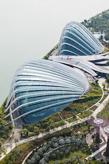 シンガポール-2014年10月18日:日没時のマリーナベイガーデンのフラワードーム。