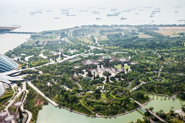 シンガポール-2014年10月18日:マリーナベイサンズスカイパークからのシンガポールの空撮。