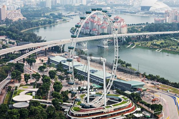 シンガポール-2014年10月18日:シンガポールフライヤー、マリーナベイサンズスカイパークからの眺め。
