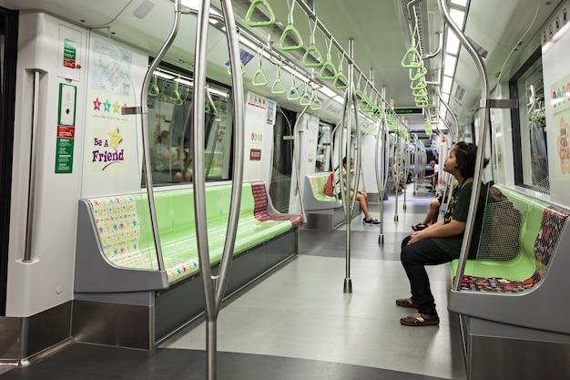 シンガポール-2014年10月18日:mass rapid transitは、シンガポールの鉄道システムの主要コンポーネントを形成する高速輸送システムです。