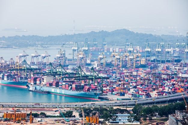 シンガポール-2014年10月18日:シンガポールの港。これは、世界で最も混雑する積み替え港であり、総出荷トン数で世界で2番目に混雑する港です。
