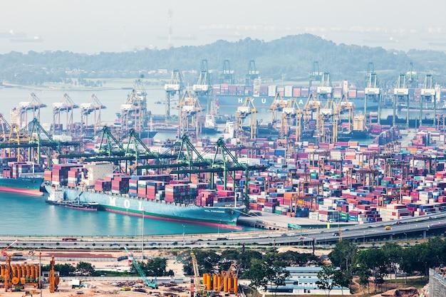 Сингапур - 18 октября 2014: порт сингапура. это самый загруженный порт в мире по перевалке грузов и второй по загруженности порт в мире по общей грузоподъемности.