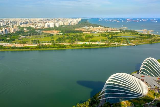 Сингапур. панорамный вид на жилые кварталы, рейд с кораблями и цветочный купол. с высоты птичьего полета