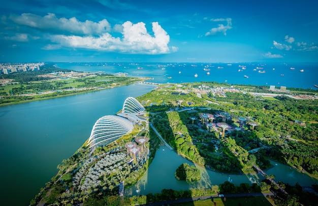 シンガポールのスカイラインと日没時のマリーナベイの高層ビルの眺め。