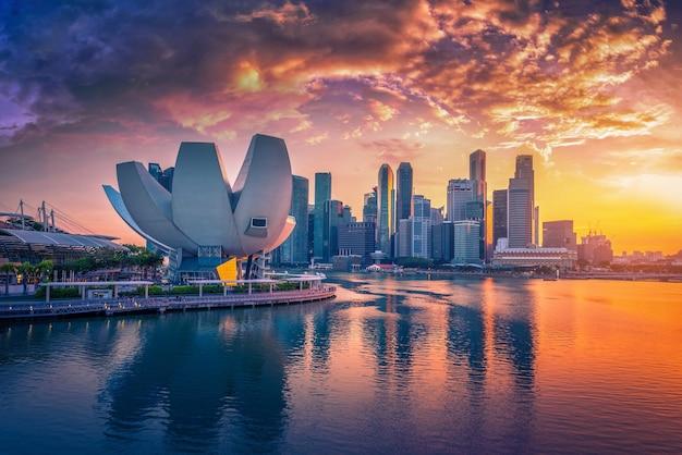 싱가포르 스카이 라인 및 일몰 마리나 베이에 고층 빌딩의보기.