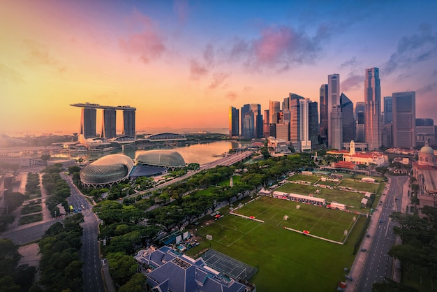 싱가포르 스카이 라인 및 선 라이즈에서 마리나 베이에 고층 빌딩의보기