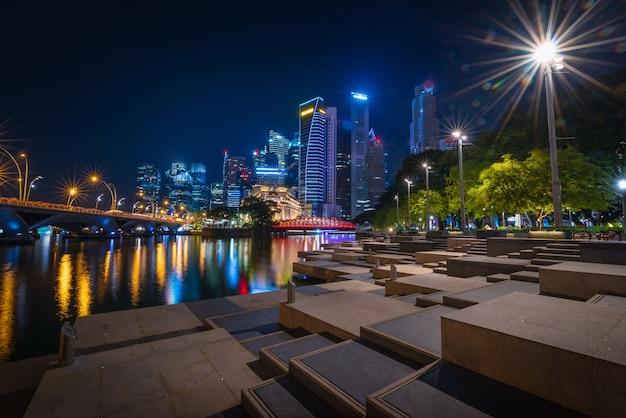 Сингапур skyline и вид на небоскребы с len вспышки на заливе марина в сумерках.