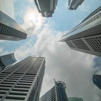 푸른 하늘이 있는 싱가포르 스카이라인 건물.