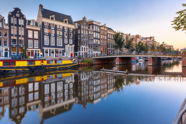 Амстердамский канал singel с голландскими домами, голландия