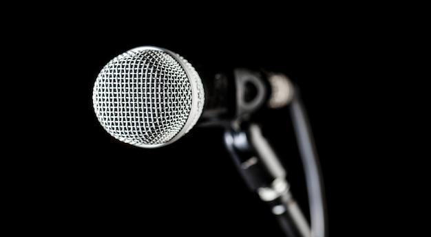 Певица в караоке, микрофонах. живая музыка, аудиотехника.