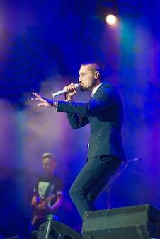 가수는 콘서트에서 수행