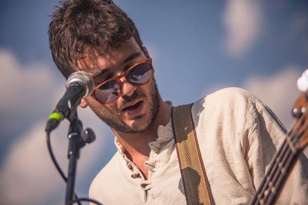 Портрет певицы в действии на фоне голубого неба
