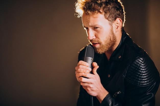 Cantante con microfono che canta in studio