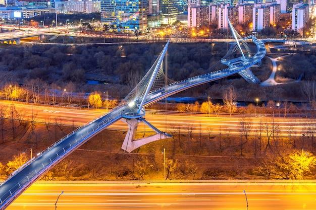 新吉地区、ソウル、韓国の夜のスカイライン。