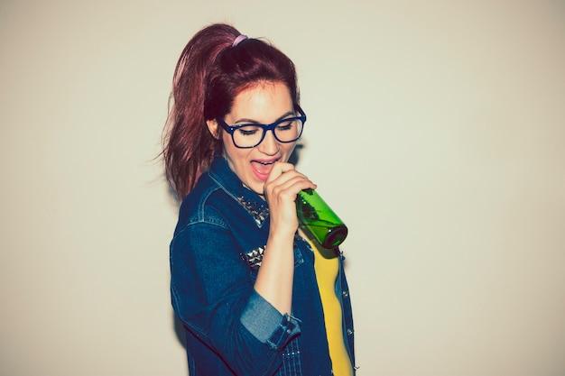 マイクとしてのビールのボトルで歌う
