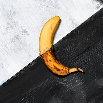 Одиночный банан на черно-белом