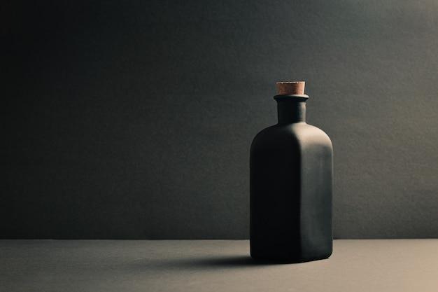 暗い背景上の単一の黒いセラミックボトル