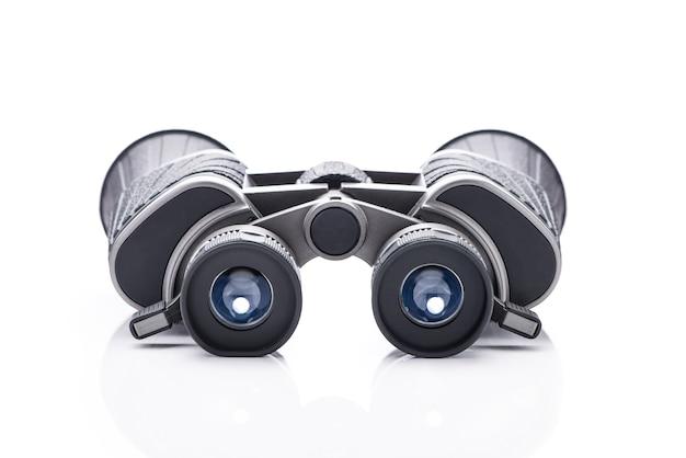 흰색 배경에 고립 된 쌍안경의 단일 검은 쌍.