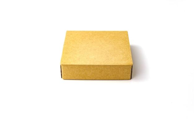 단일 브라운 컬러 평면 크래프트 종이 골판지 상자는 흰색에 격리됩니다. 보기를 닫습니다. 선택적 소프트 포커스. 텍스트 복사 공간. 포장, 운송, 이동 개념