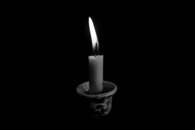 Одиночная свеча в темноте