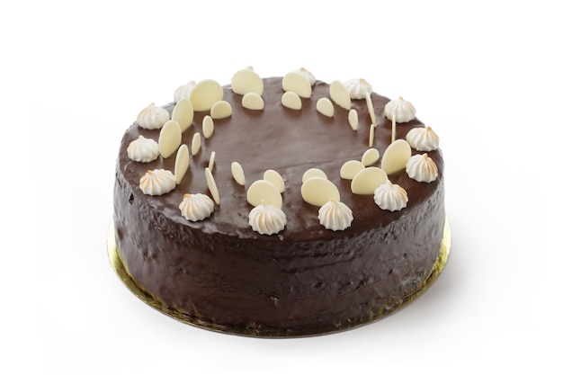 Один шоколадный торт, изолированные на белом фоне