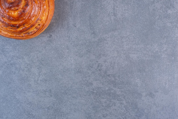 大理石の背景に表示される単一の、さわやかな甘いパン。高品質の写真