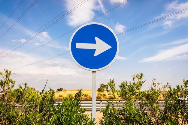 Single direction arrow sign