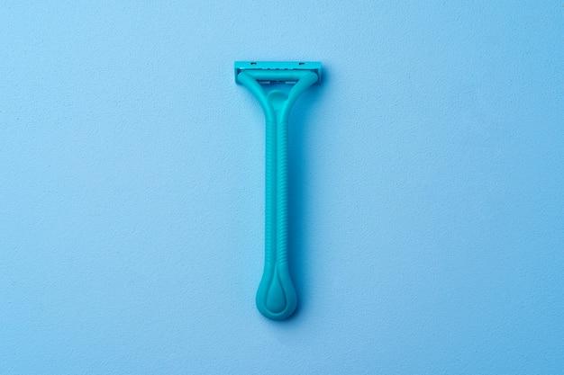 파란색 배경에 여성용 단일 일회용 면도기