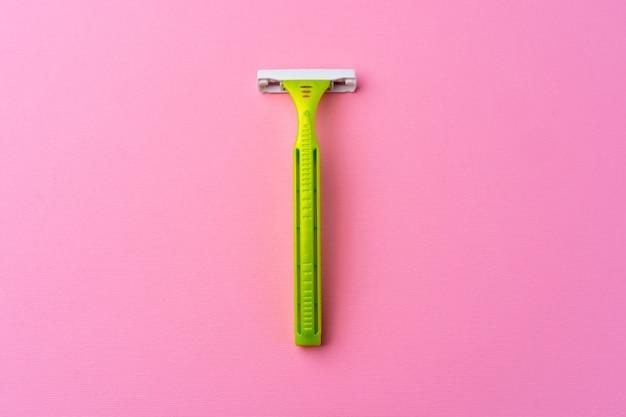 분홍색 평면도에 단일 일회용 면도기