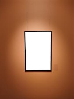 미술 전시회에서 단일 빈 프레임