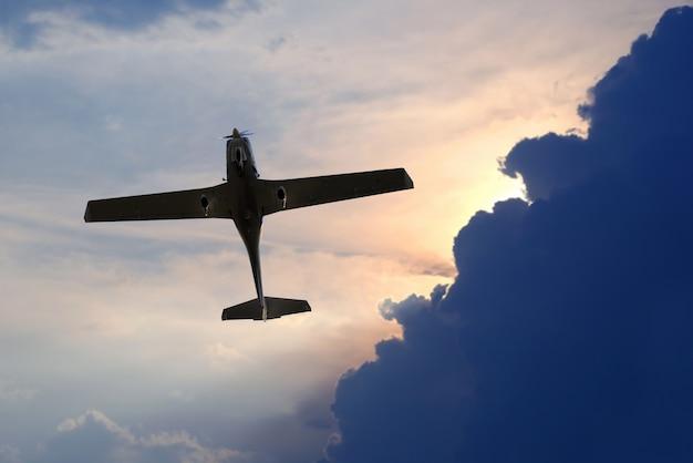 Одномоторный легкий самолет летит в небе