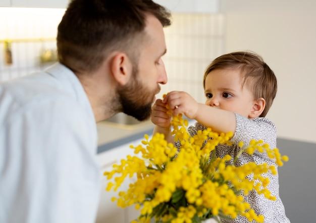 彼の女の赤ちゃんと時間を過ごすシングルファザー
