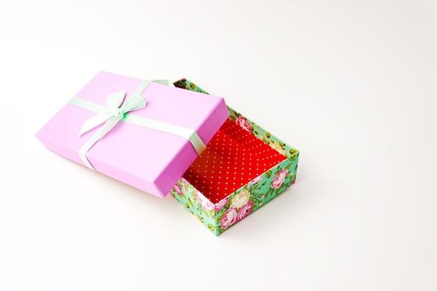 단일 꽃 선물 보라색 뚜껑 종이 골 판지 상자 녹색 덮개와 흰색 활. 휴일 선물 개념. 보기를 닫습니다. 선택적 소프트 포커스. 텍스트 복사 공간.