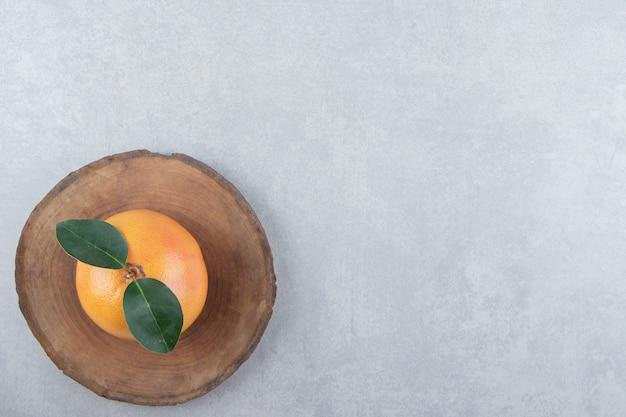 木片に単一の新鮮なクレメンタイン。