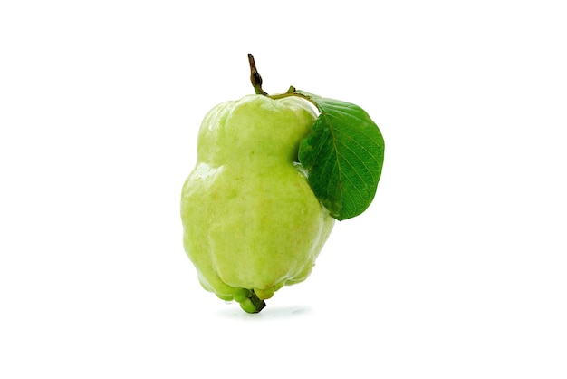 Одиночная свежая гуава с одним листом, изолированным на белом фоне.