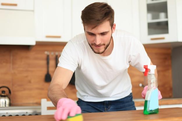 집에서 부엌을 청소하는 싱글 미남.
