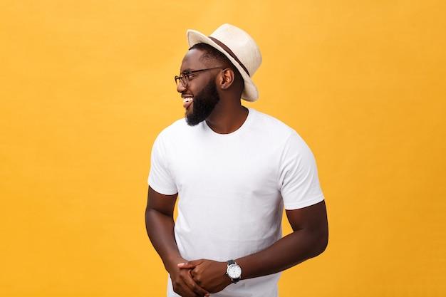 모자와 쾌활한 표정으로 단일 잘 생긴 근육질 흑인 남자.
