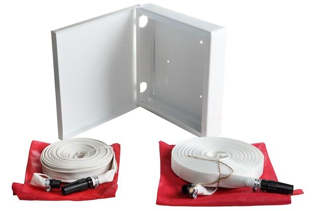 シングルジャケット消防ホース、ワイヤー編組蒸気ゴムホース、2つの白い消防ホースロールとそれらを保管するためのコンテナ、白い背景で隔離