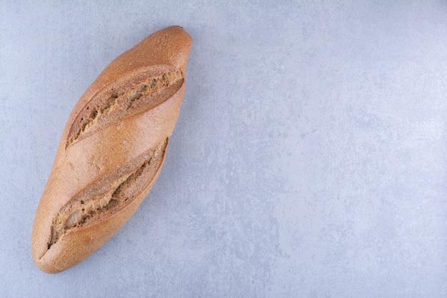 대리석 표면에 배턴 빵 한 덩어리