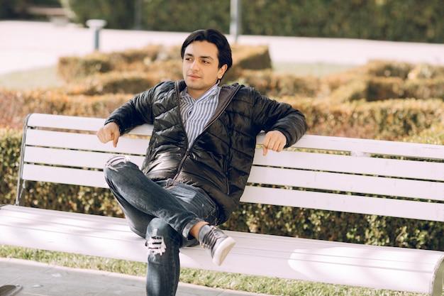 공원에서 벤치에 앉아 생각하고 한 남자. 고품질 사진