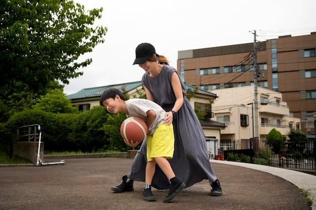 彼女の息子とバスケットボールをしているシングルマザー