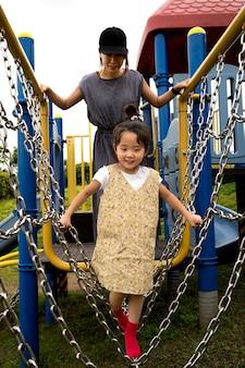 공원에서 딸과 함께 노는 싱글 엄마