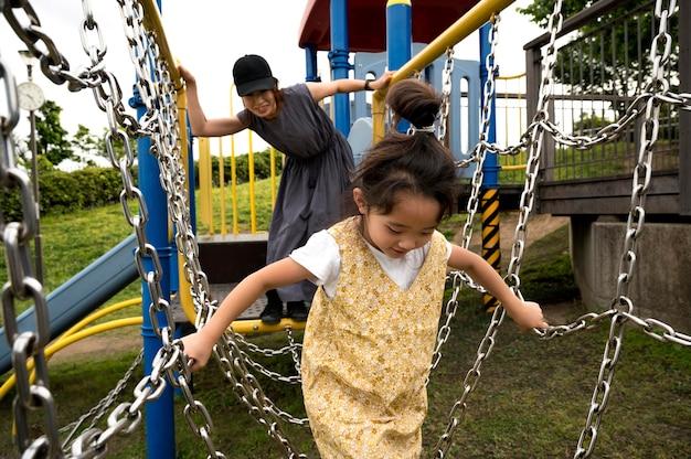 Mamma single che gioca con sua figlia in un parco